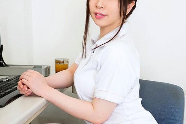 デスクに向かう看護師